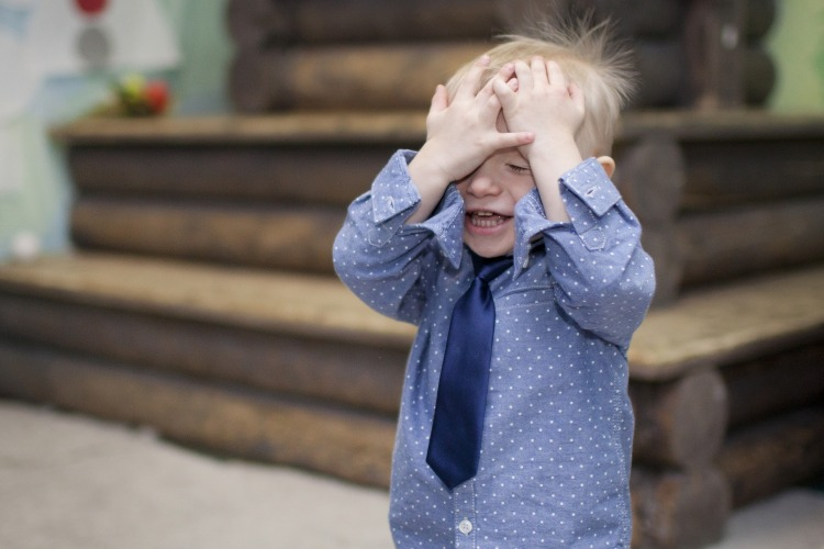 boy-covering-face-2133291_1920